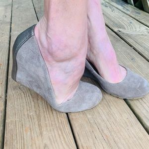 Kenneth Cole 100% Suede Leather Taupe Wedge Sz 8.5